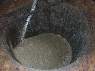 出麹。麹と塩水を木桶へ。塩はメキシコ産天日塩。