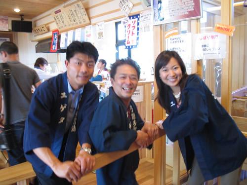 西山さん、西尾さん、弓削多社長で自分搾り